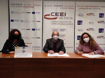 Yolanda Cano, Jesús Casanova y Gemma Miñaro en el momento de la firma